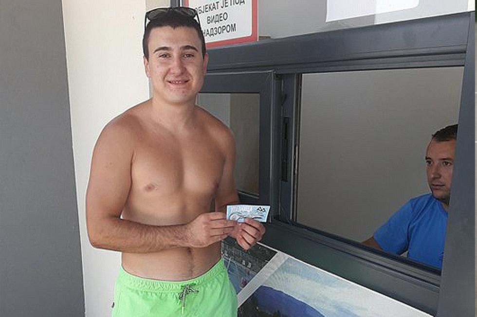 Mihajlo Tasić prilikom kupovine karte na blagajni bazena, foto: M. M. / Svrljiške novine