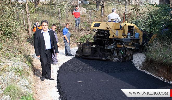 Predsednik na asfaltiranju