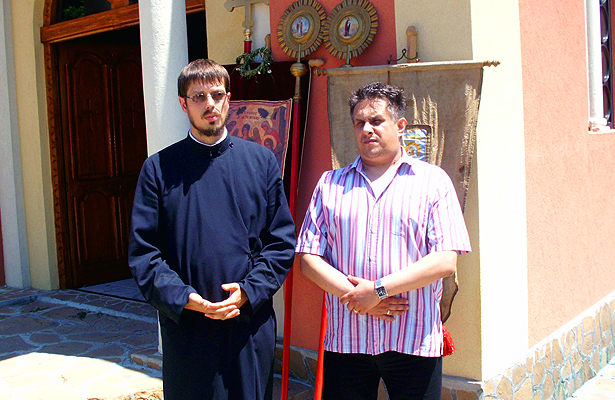 Erakovic i Miletic ispred crkve u Svrljigu