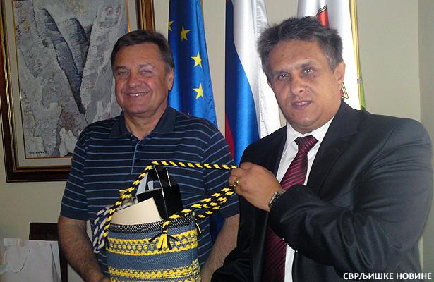 Miletic urucuje poklon gospodinu Jankovicu