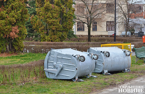 Foto vest: Prevrnuti kontejneri