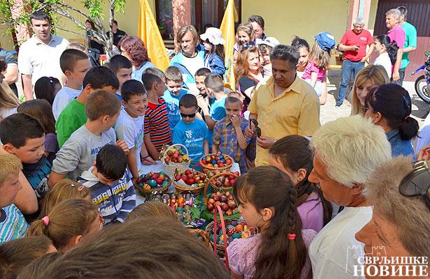 Takmičenje u tucanju uskršnjim jajima u organizaciji Ujedinjene seljačke stranke