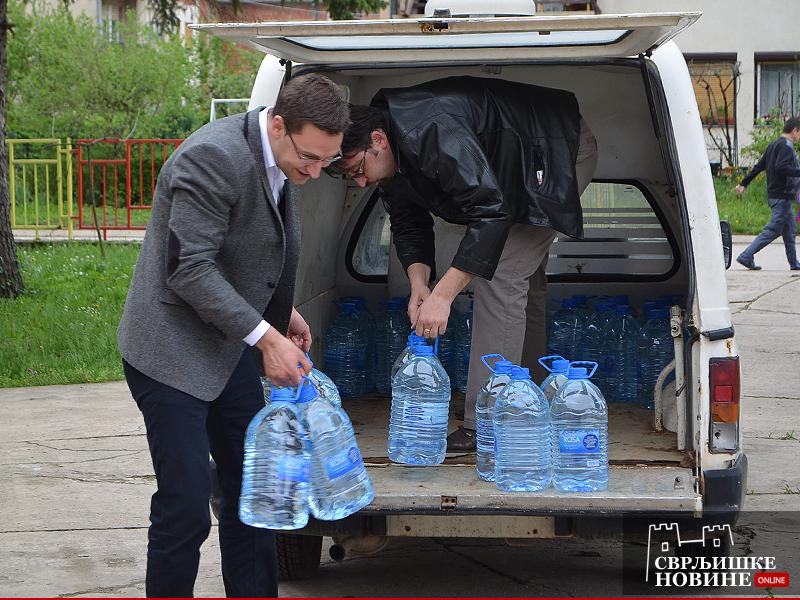 Arhivska fotografija, foto: M.M. / Mladenović i Davidović iznose balone sa vodom iz vozila zbog restrikcije