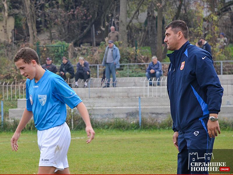 Zadovoljni predsednik kluba pozdravlja igrača utakmice Luku Kostića