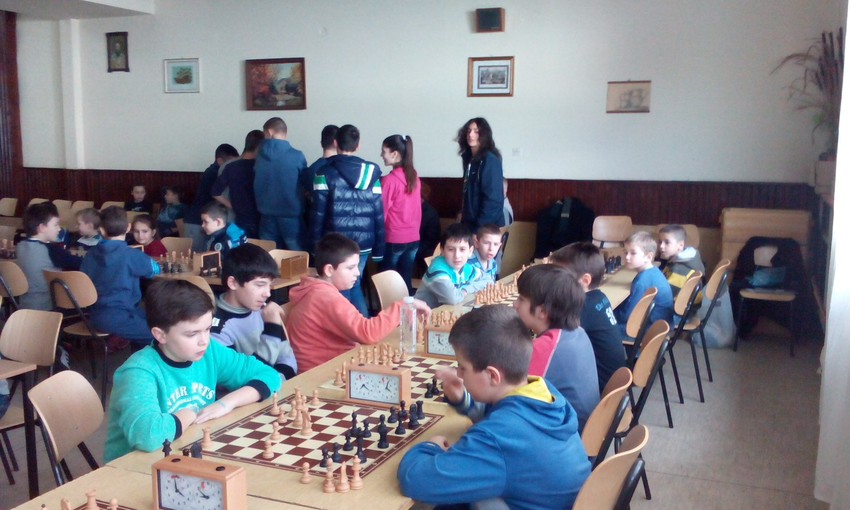 Osnovci na šahovskom takmičenju u Nišu