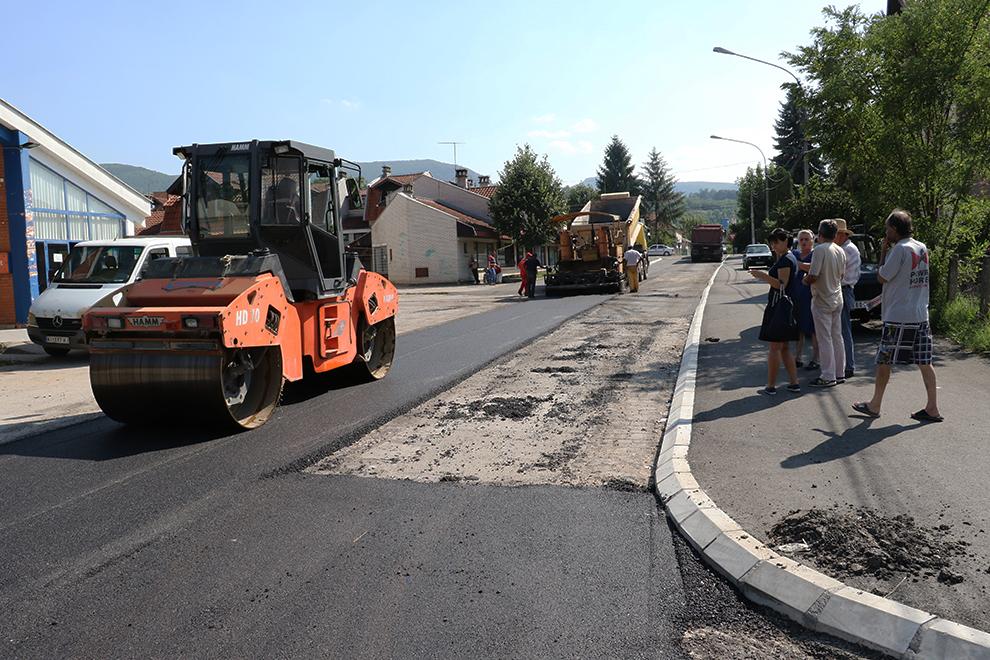 Asfaltirana ulica Riste Vujoševića