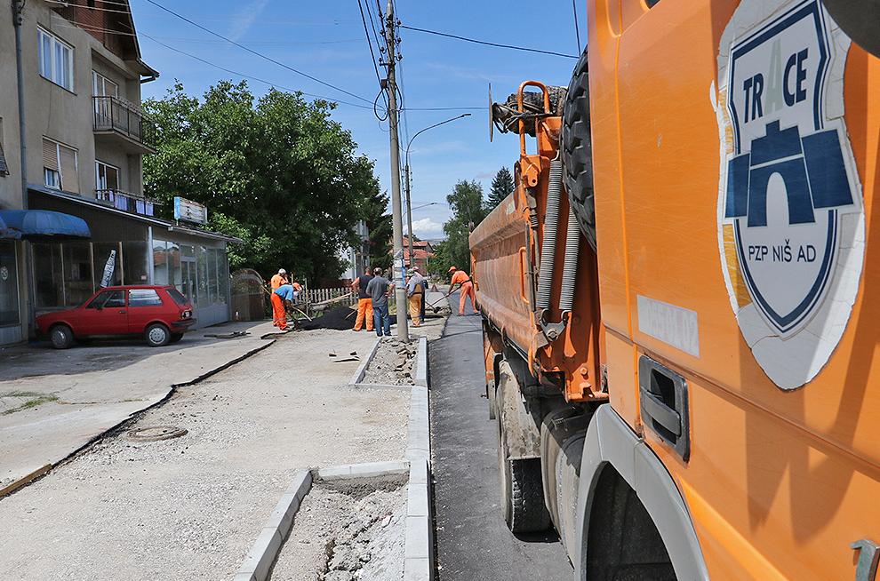 Počelo uređenje trotoara u ulici Vase Albanca