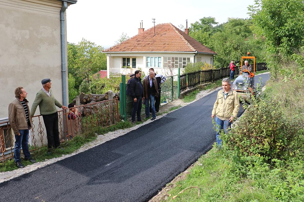 Asfaltiran put u selu Drajinac