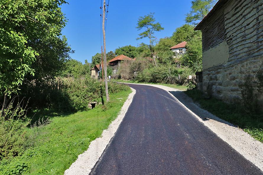 Pola kilometra putne mreže u selu Izvor Reka