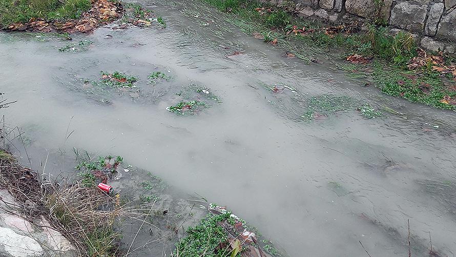 Pravačka reka postala bela?