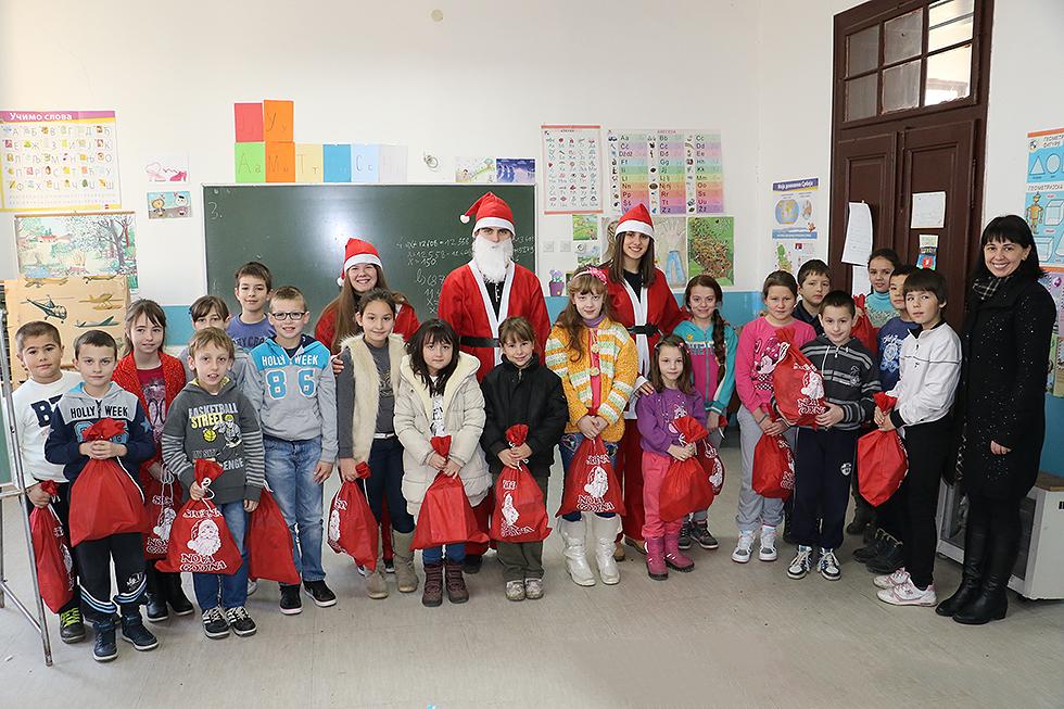 """Pokloni za više od 400 učenika OŠ """"Dobrila Stambolić"""""""