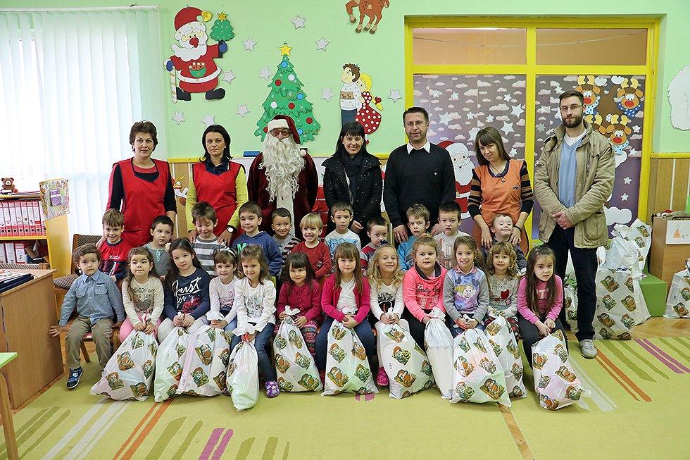 """Deda Mraz obišao decu u PU """"Poletarac"""""""