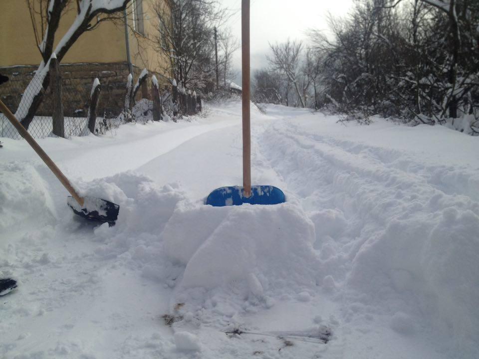 U Okruglici nema ko da očisti sneg, meštani samoinicijativno čiste ulice