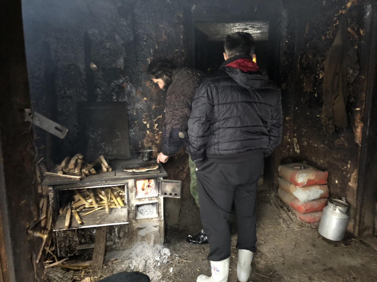Slavoljub peče hleb na šporetu koji nema odžak, foto: M. Miladinović