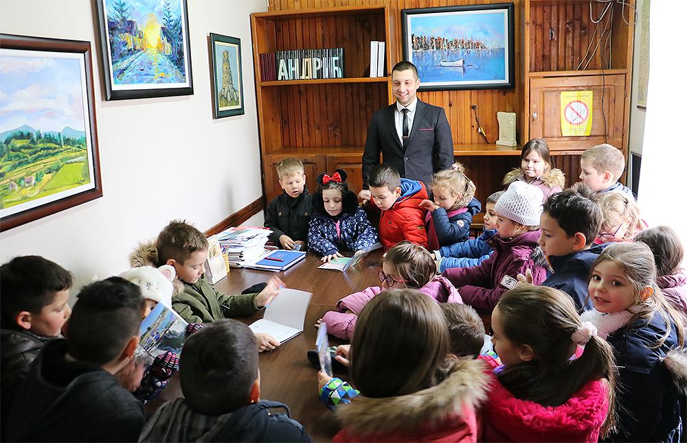 Direktor CTKS Miroslav Marković sa decom iz PU ,,Poletarac''