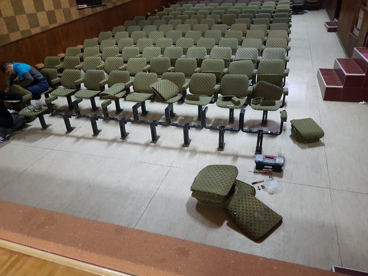 Popravka sedišta u bioskopskoj sali u Svrljigu