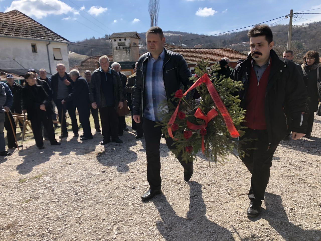 Milojević Dragiša, predsednik MZ Grbavče polaže venac na spomen obeležje