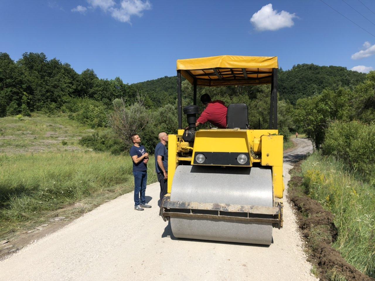Izgradnja puta kroz selo Izvor reka