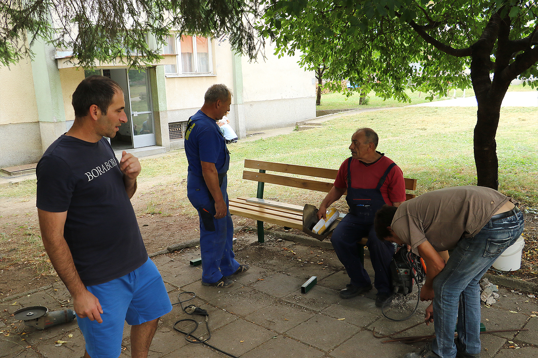 Postavljanje novih mobilijara i klupa u naselju Saraj, foto: M.M.
