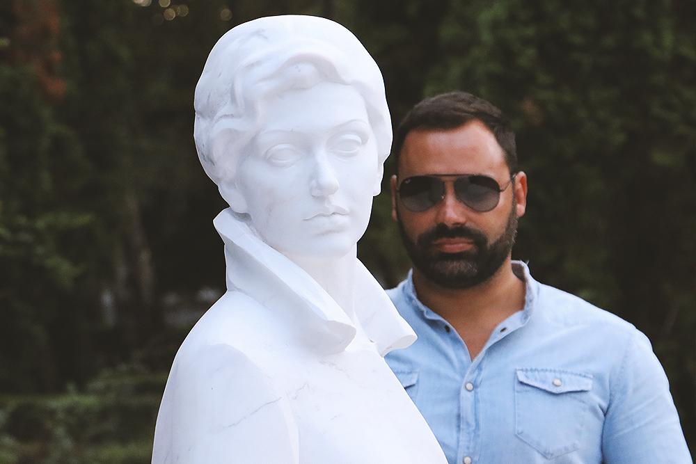 Dirljiv trenutak otkrivanja spomenika Zlati Petković, u pozadini sin Andrej Ilić, foto: M. Miladinović