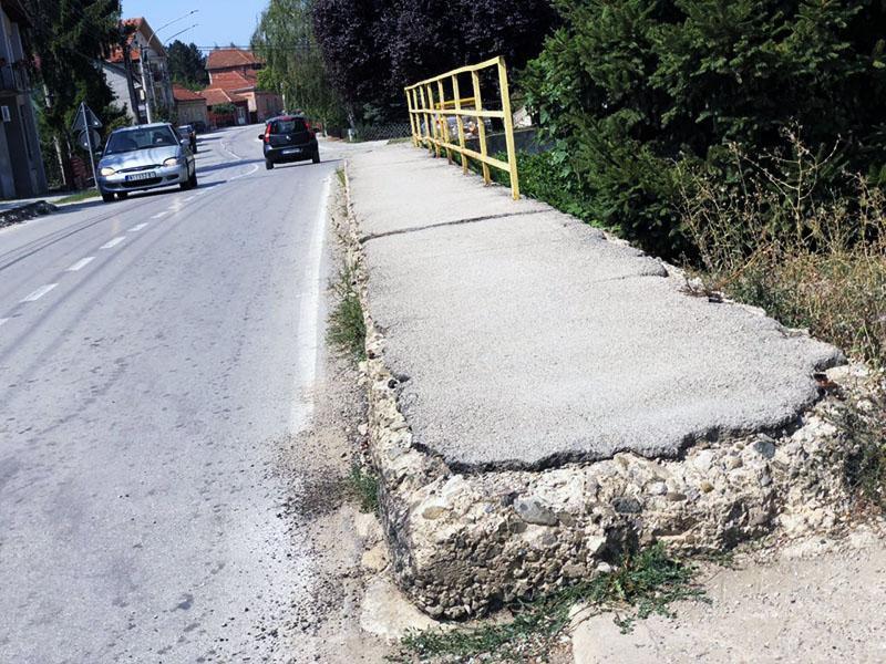 Most u ulici Vase Albanca, desna strana okrzana gumama kamiona, foto: M.M.
