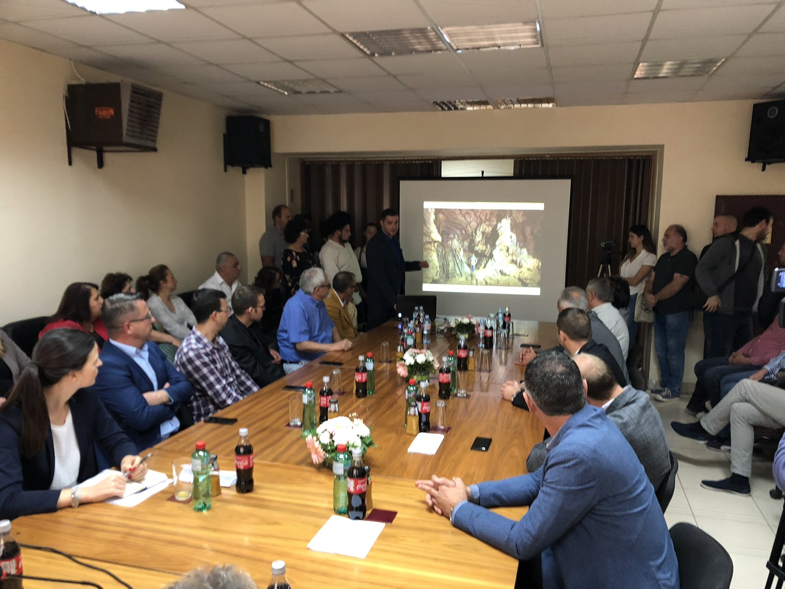 Pomoćnik Nenad Ranđelović kroz slajdove predstavlja našu opštinu, foto: M.M.