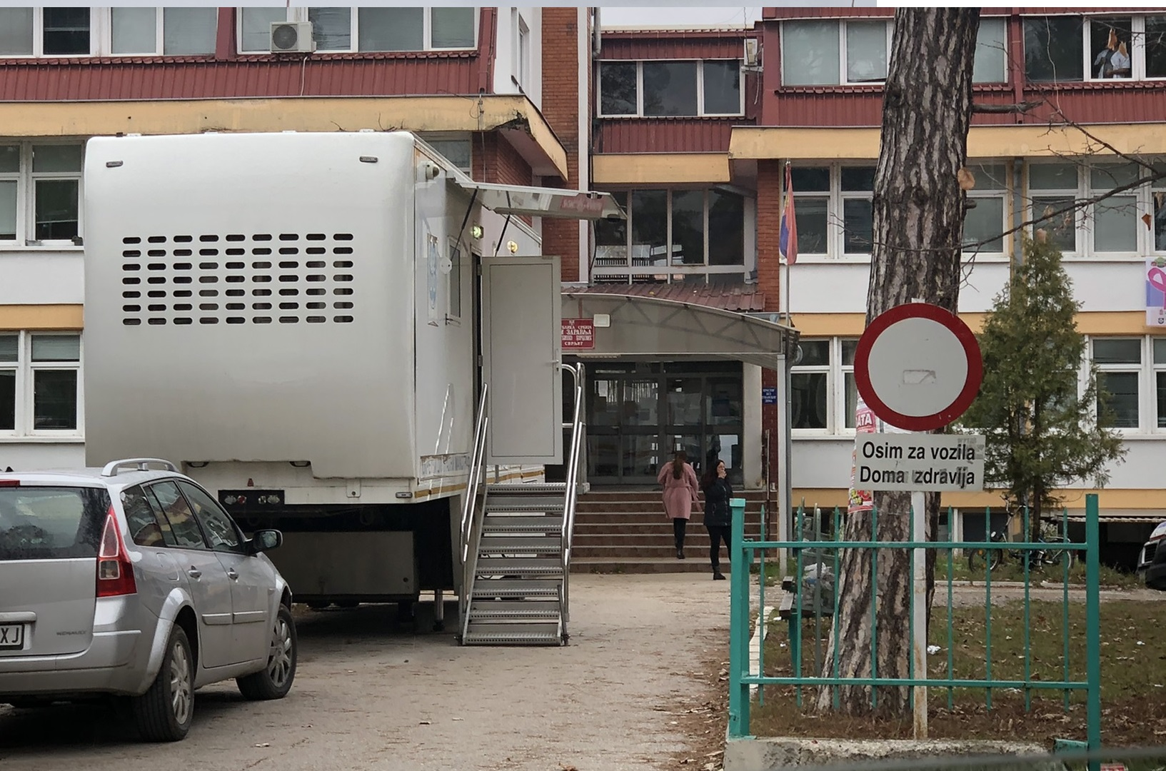 Mamograf u dvorištu, foto: M.M.