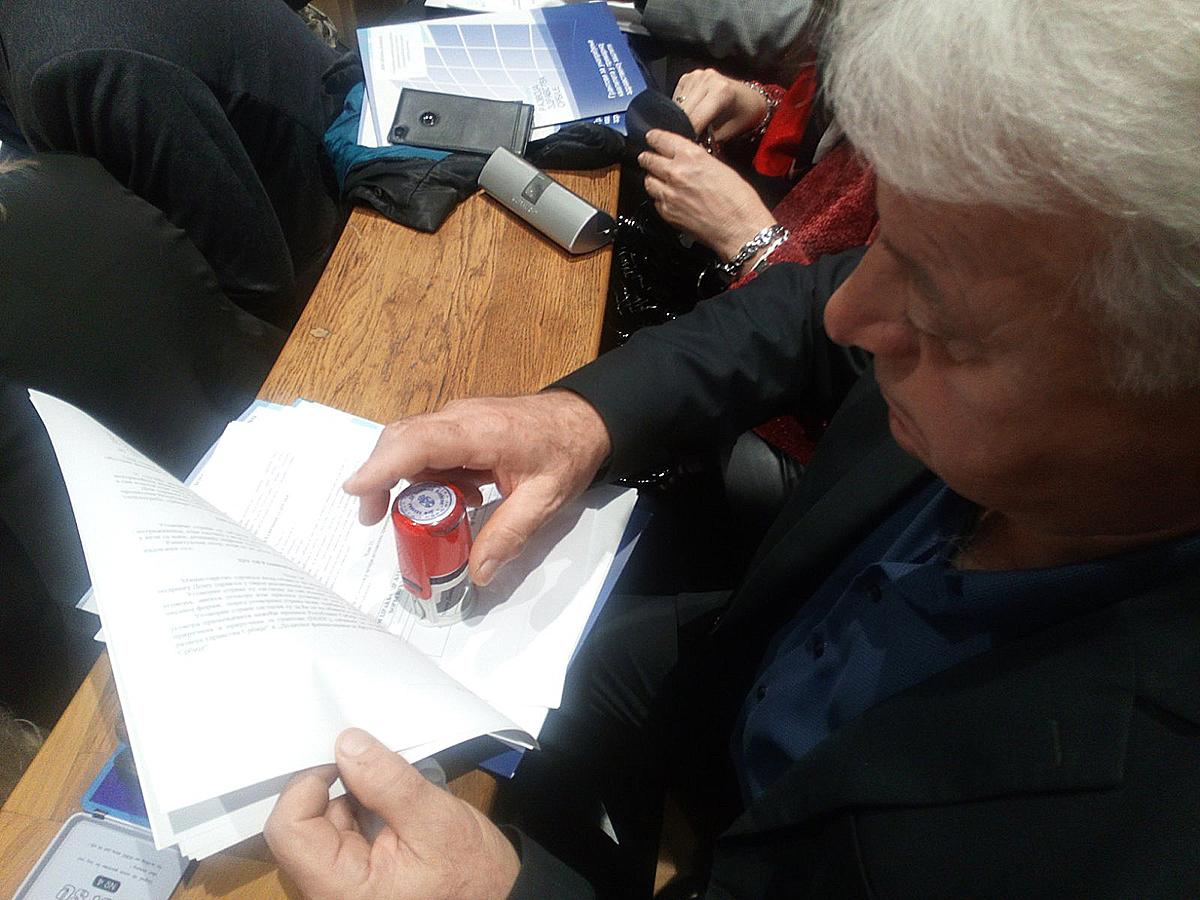 Potpisivanje, dr Ljutomir Davidović, foto: J.R.