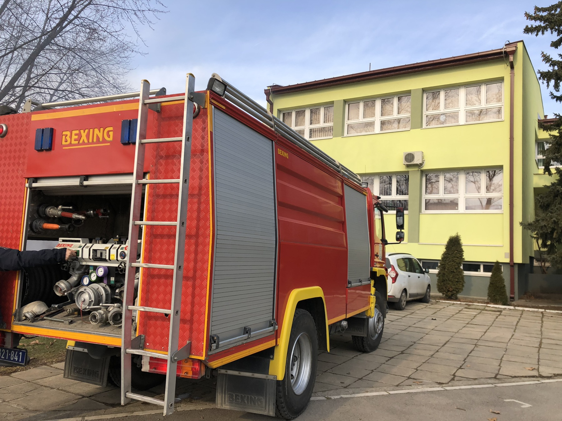 Vatrogasno vozilo ispred Osnovne škole, foto: M.M.