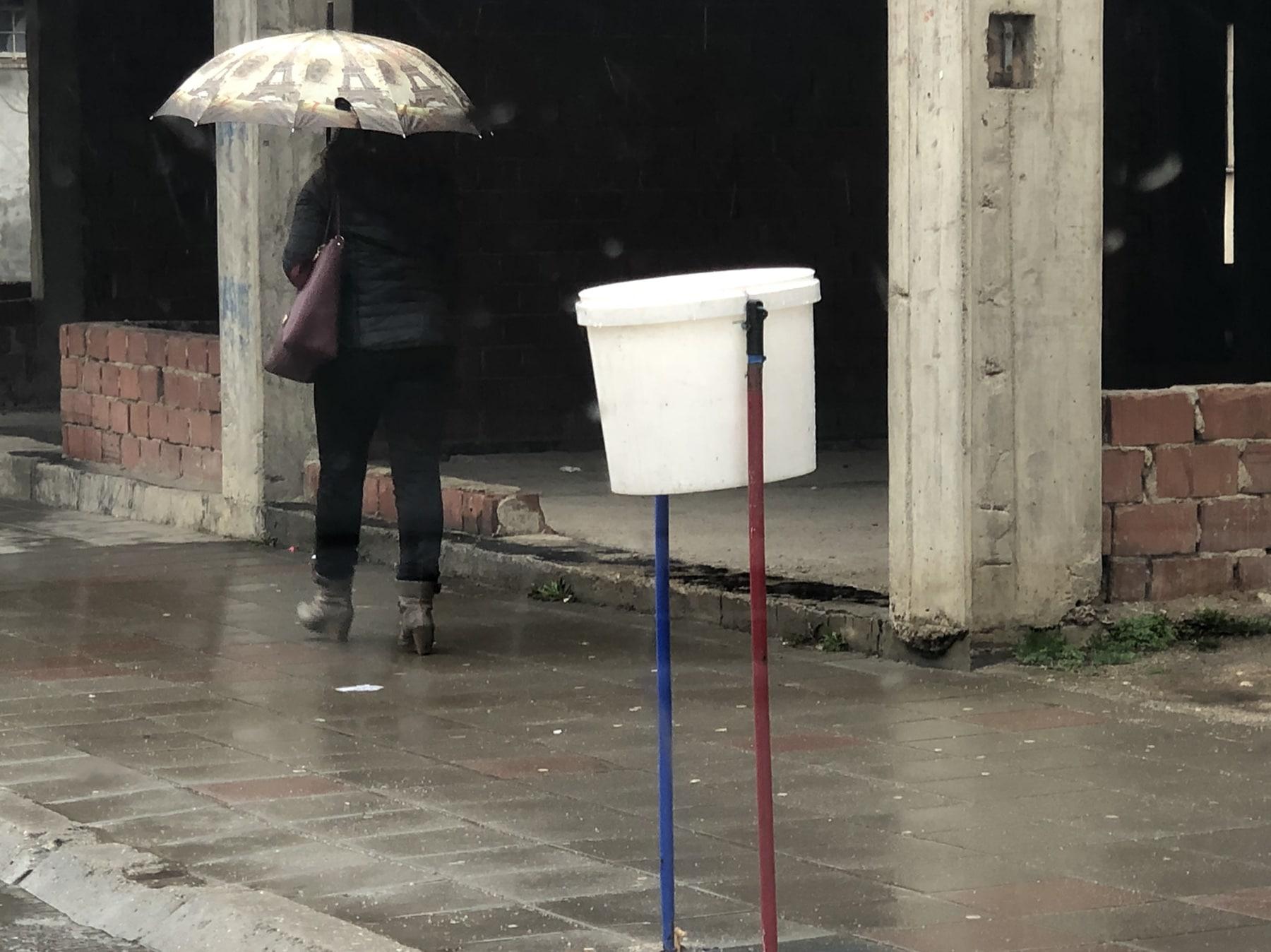 FOTO INFO: Plastična kanta kao improvizacija korpe za smeće