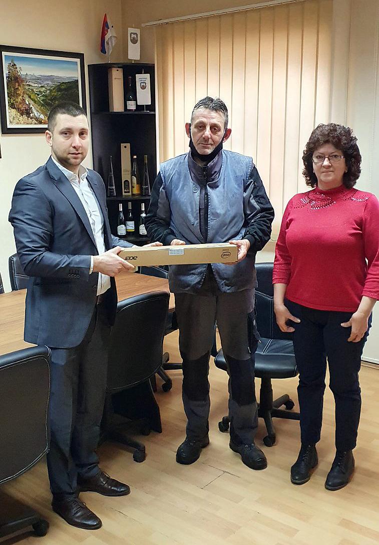 Predsednik opštine i zamenik predsednika SO Svrljig uručili laptop Filipovom ocu
