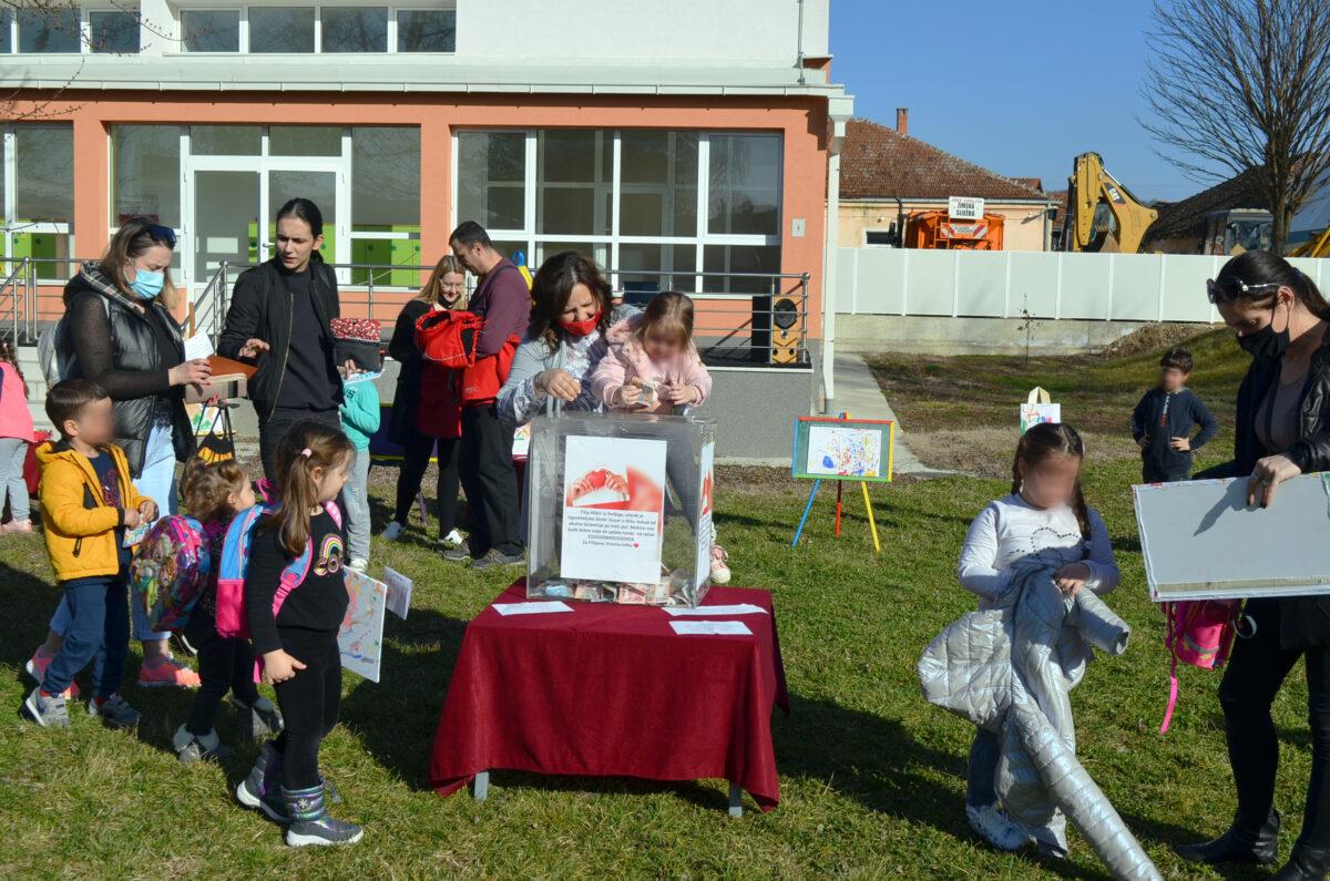 Aukcijskom prodajom dečijih radova sakupljeno oko 61.000 dinara za pomoć Filipu Mikiću