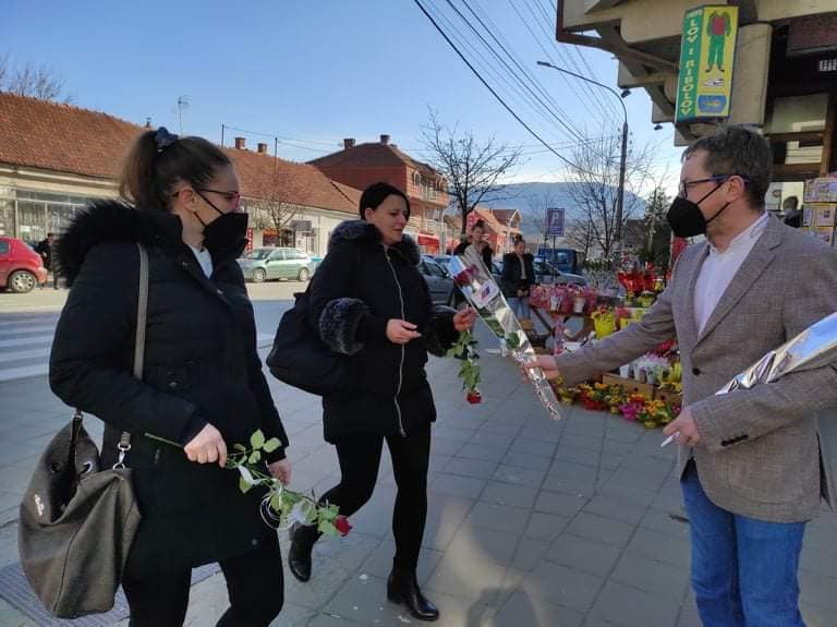 Funkcioneri dele cveće u centru grada, foto: OO SNS Svrljig, zvanična stranica