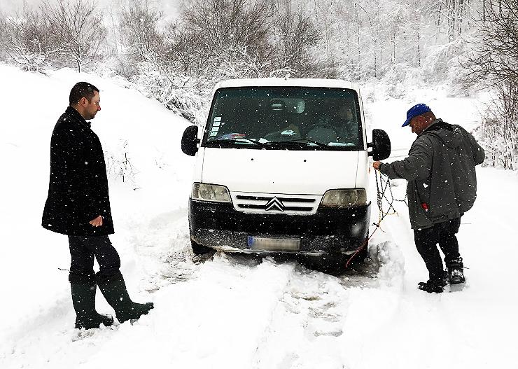 Predsednik na terenu sa zavejanim građanima, putni pravac ka Lukovu, foto: M.M.