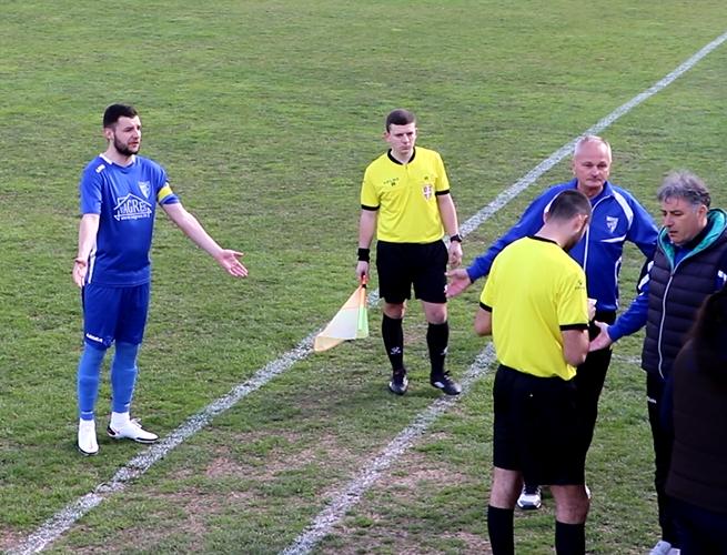 Kapiten Ilijić, trener Marinković i sekretar Stojadinović okruženi sudijama, foto: M.M.