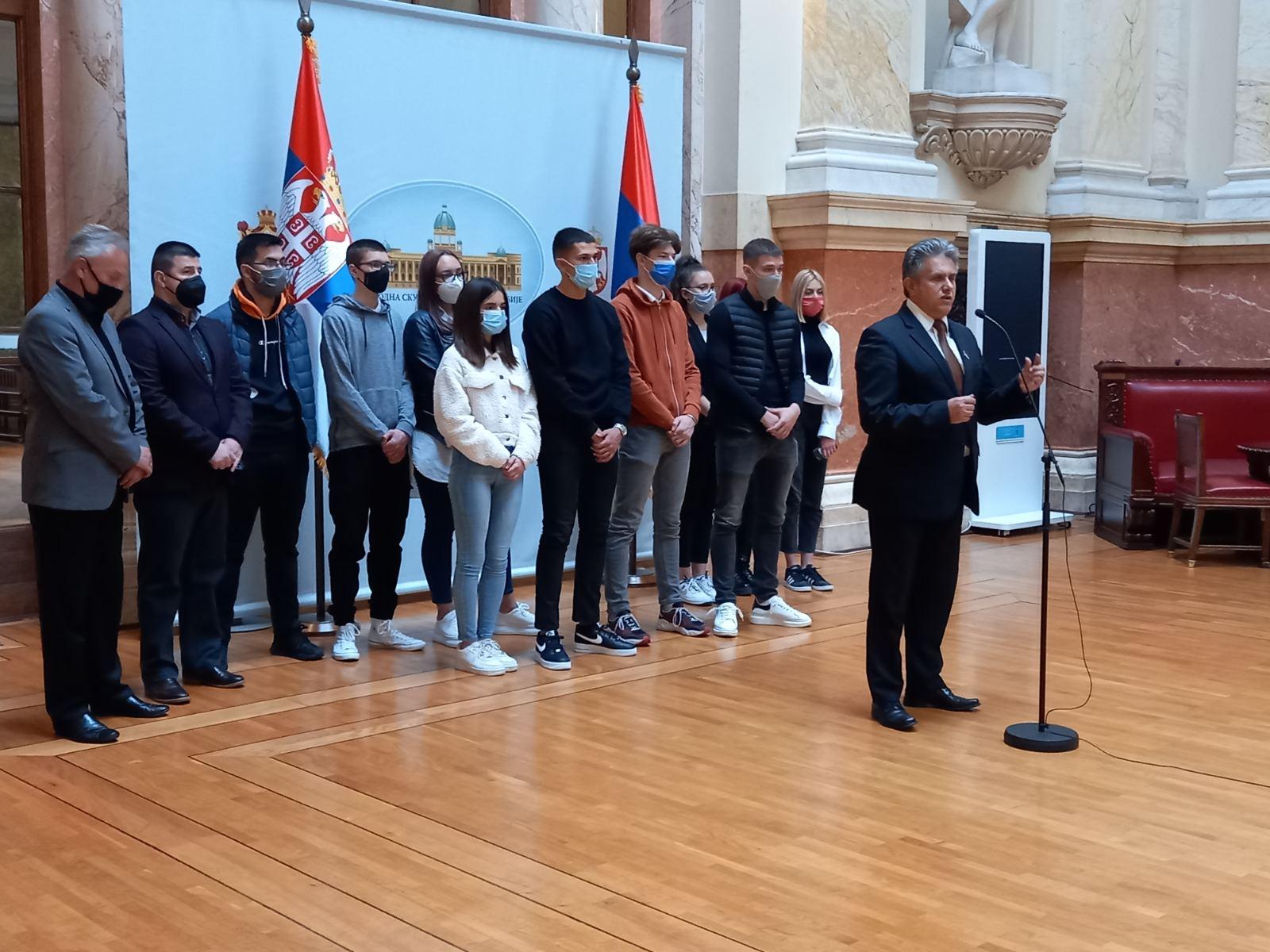 Miletić sa učenicima iz SŠ ,,Dušan Trivunac Dragoš'', foto: Info služba USS