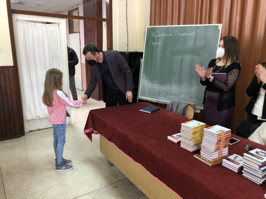 Direktor OŠ ,,Dobrila Stambolić'' Milan Bogdanović čestita učenici, foto: M.M.