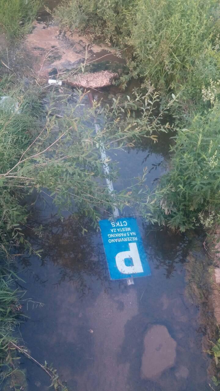 BAHATO: Saobraćajni znak završio na dnu Pravačke reke