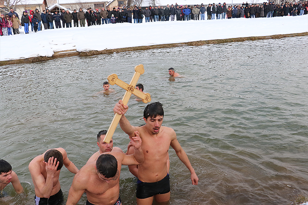 Plivanje za Časni krst na reci Svrljiški Timok