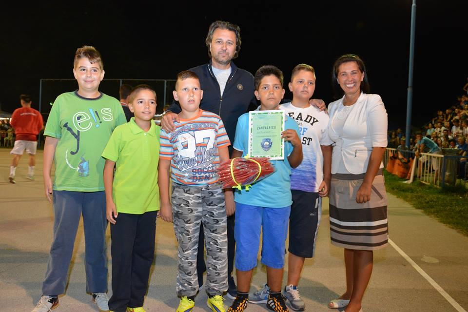 Opštinski većnik Borivoje Petković i predsednica opštine Jelena Trifunović sa najmlađim učesnicima