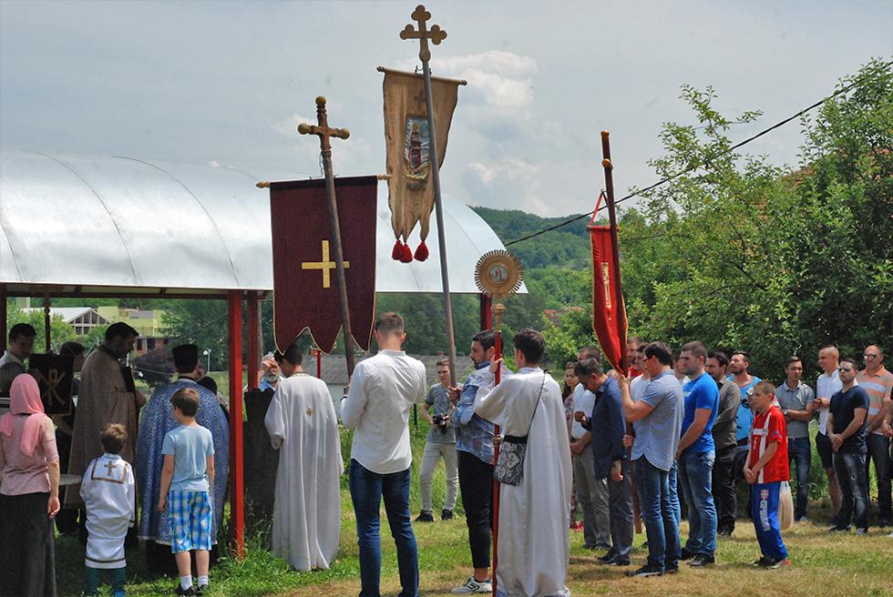 Pored zavetnog krsta ispred Crkve, foto: M.M. / Svrljiške novine