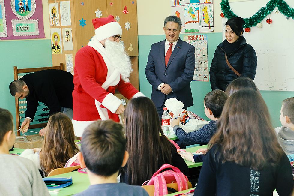 Deda Mraz obilazi decu u Svrljigu i svrljiškim selima