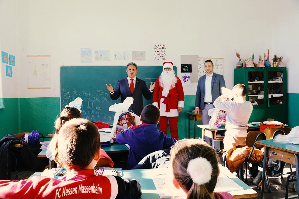 Deda Mraz obilazi decu u Svrljigu i svrljiškim selima 1