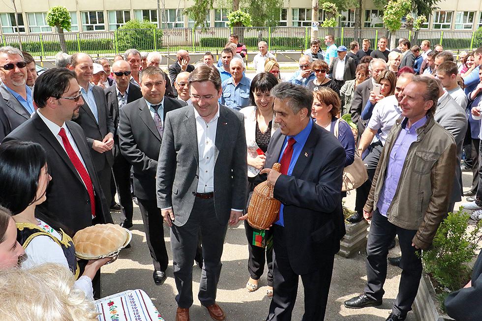 Domaćinski doček ispred stranačkih prostorija / Foto: Svrljiške novine