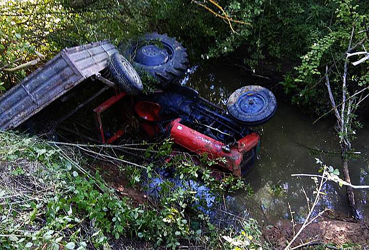 Sleteo traktorom u reku! Ima povređenih (FOTO)