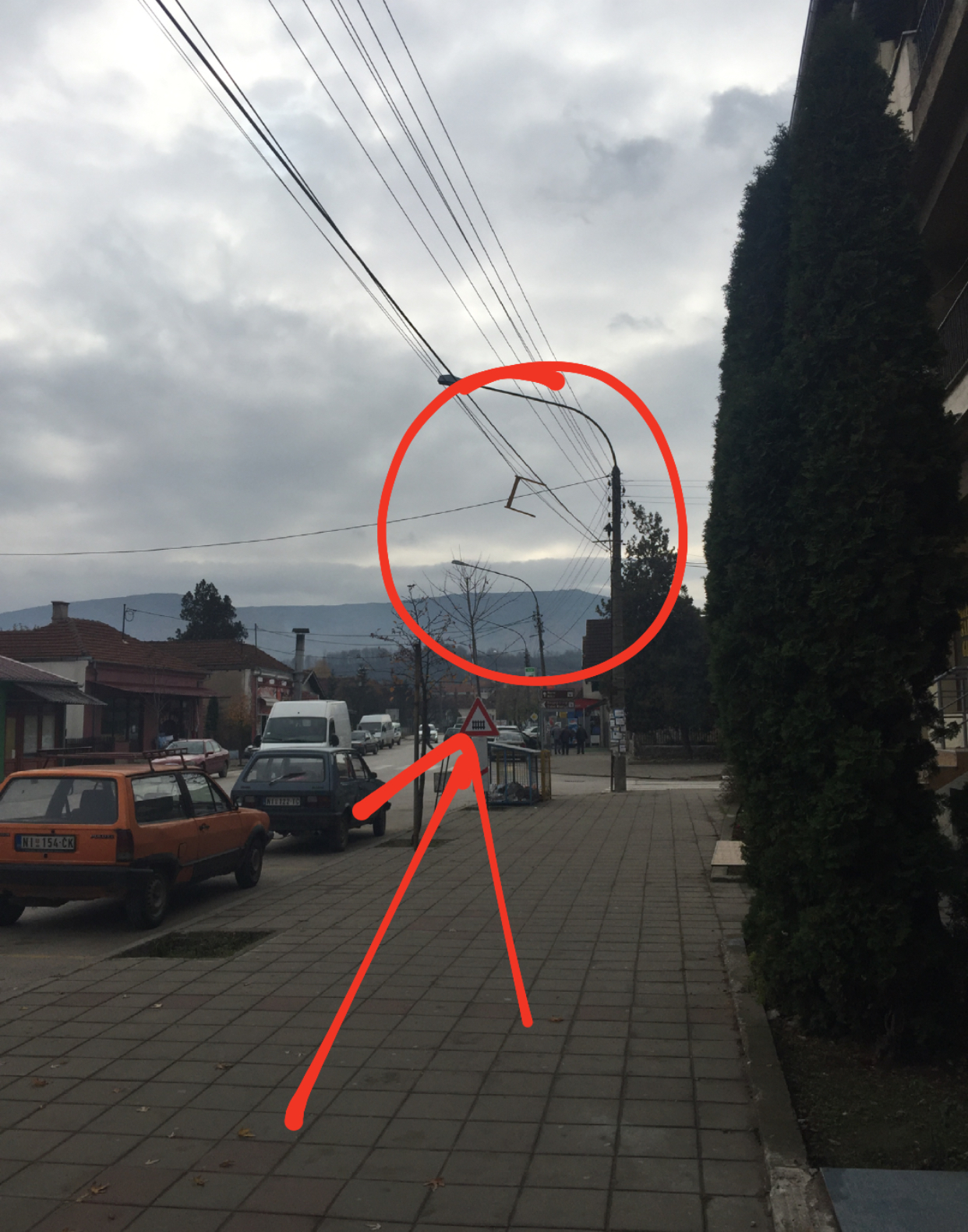 Nogari vise iznad trotoara, foto: M. Miladinović