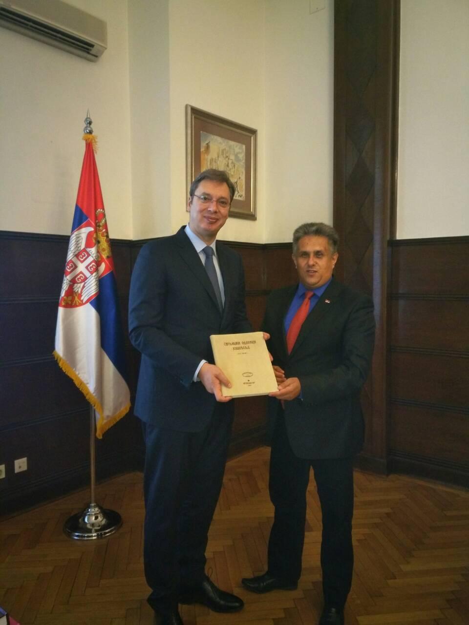 Odlomci svrljiškog Jevanđelja u rukama predsednika Srbije Aleksandra Vučića
