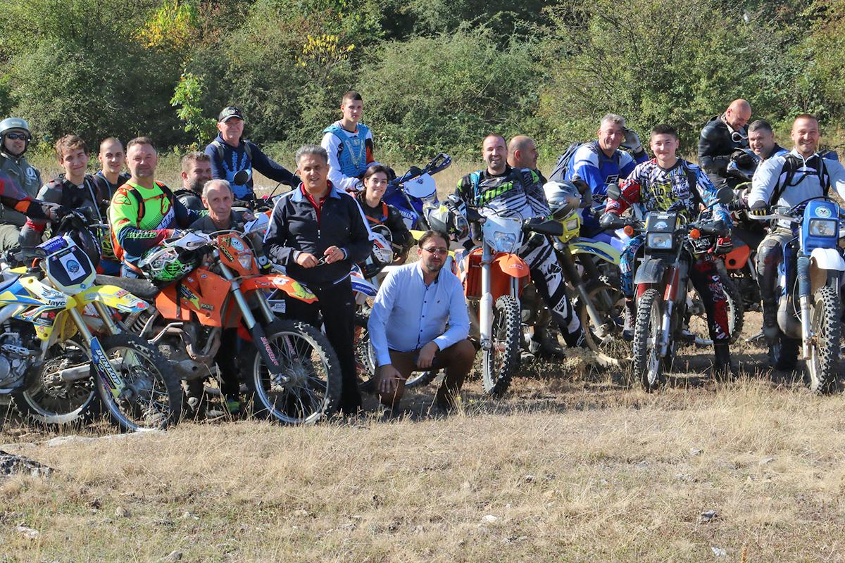 Učesnici moto-avanture sa predstavnicima opštine Svrljig, foto: M. Miladinović