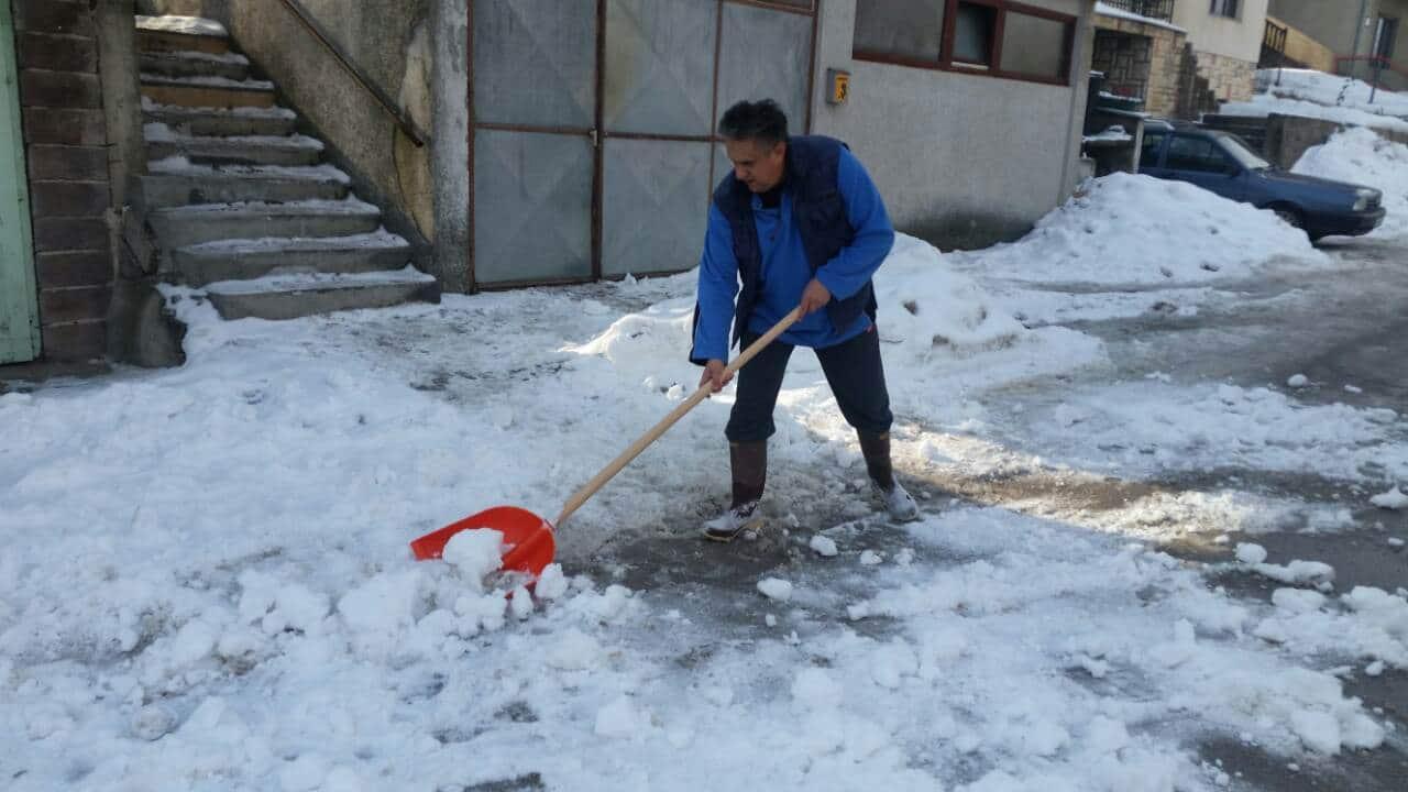 Narodni poslanik Milija Miletić se latio lopate i čistio sneg 2