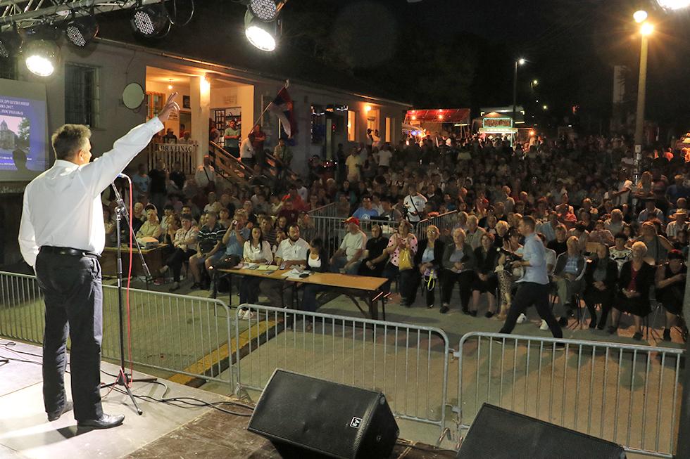 Milija Miletić u obraćanju mnogobrojnim meštanima i građanima Svrljiga u Drajincu, foto: M.M.